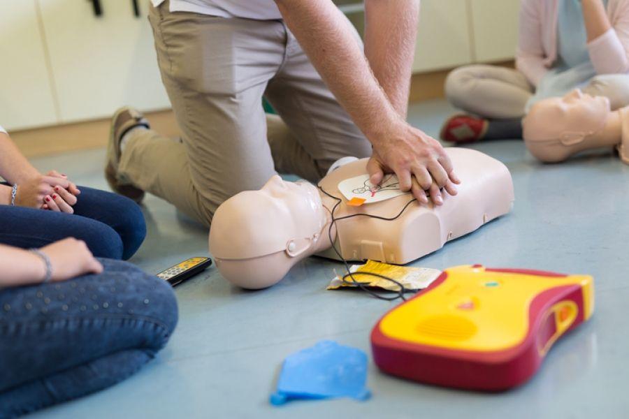 Jongeren weten niet hoe een AED gebruikt moet worden